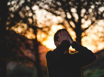 Comment aider son compagnon à faire face au deuil